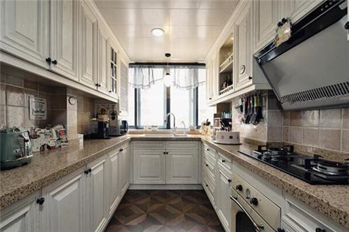 这是一款现代美式风格的厨房装修效果图,这款厨房采用u型的设计,灰色