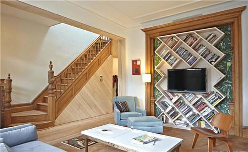 这是一个简约时尚的客厅设计,悬浮的楼梯踩踏板仿佛跳跃着的琴键