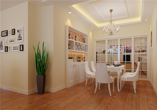 天花板上的白色花形吊顶与整个客厅的装修完美搭配,远处餐厅也是石膏