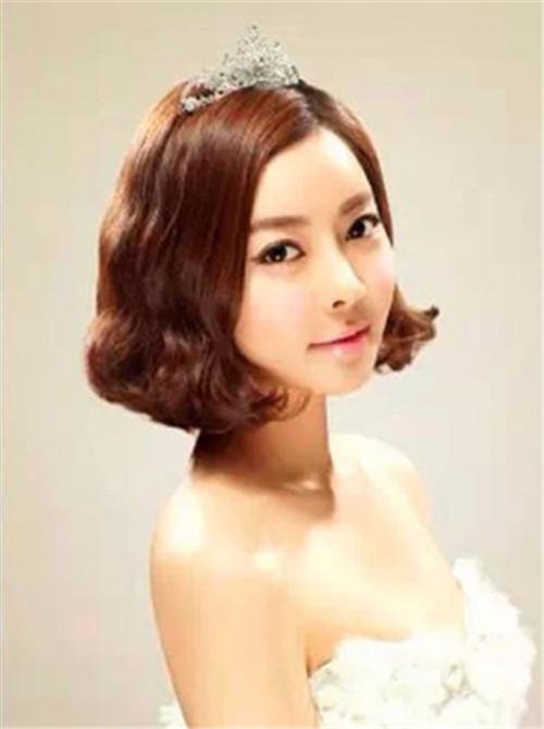 将新娘短发的造型设计成蓬松的短卷发,然后在头上加一些精致的发饰,清