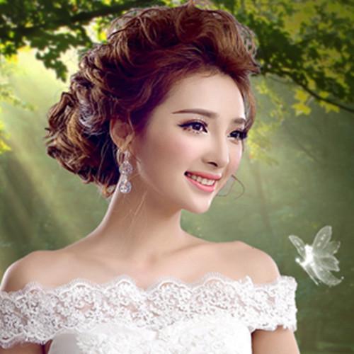最新流行新娘发型图片欣赏 该棕色系的蓬松盘发造型,再配以这款露肩图片