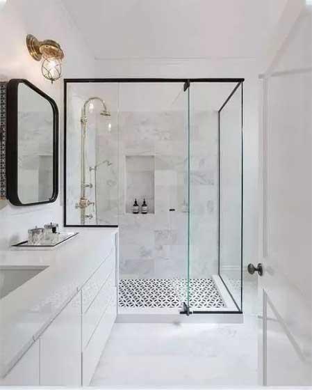 卫生间摆放玻璃隔断装修图