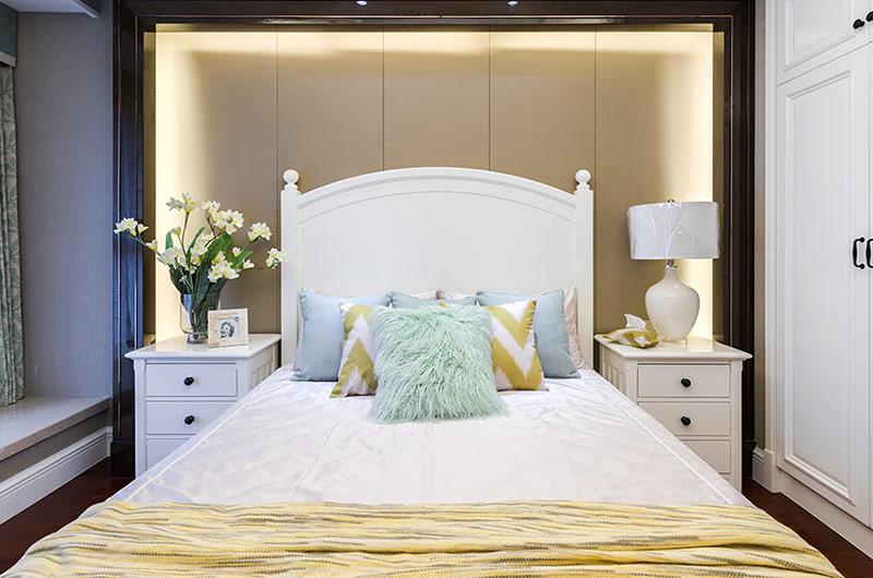 89平美式风格三居卧室床头软包