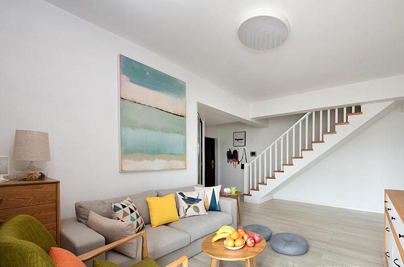 很多家庭为了合理利用房间中的空间,大都会选择复式楼装修。复式楼装修在很大程度上不仅可以节约空间,还可以使房间更加唯美。因为复式楼家居的开阔感极强,大气的空间装修设计可以突显奢华的感觉,越来越多的人为追求这种尊贵气氛的居家而选择了复式楼居家。什么样的复式楼装修才适合自家的房间布局,要因房间的格局和空间