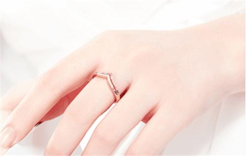无名指是与心脏的连接通道,在这个手指佩戴戒指可以感受到彼此的心跳图片
