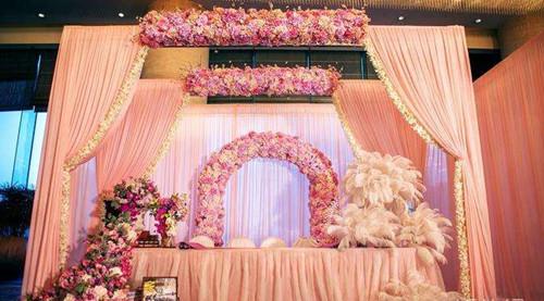 资讯 婚庆百科 婚庆服务 正文  既然是粉色婚礼主题,签到台上自然少不