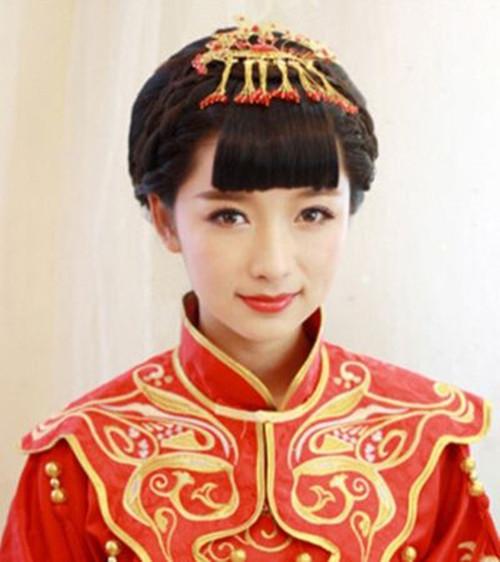 二,上面的步骤完成之后,新娘就可以将自己前面的头发再划分成两个侧