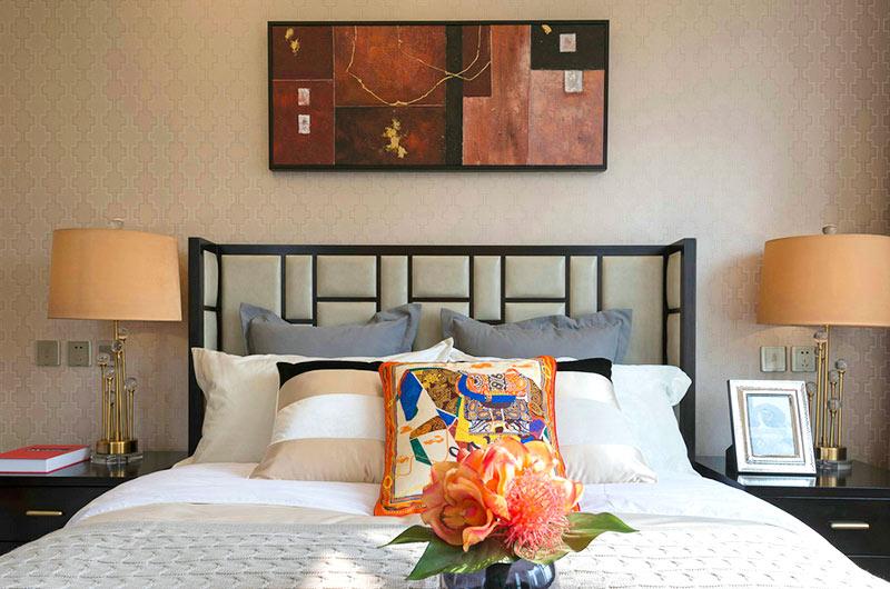 310平简约风格样板房卧室床头软包