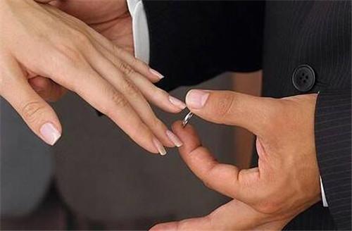 戒指即是向外界表面自己已经已婚或者已经订婚,这样也是跟别的男生说图片