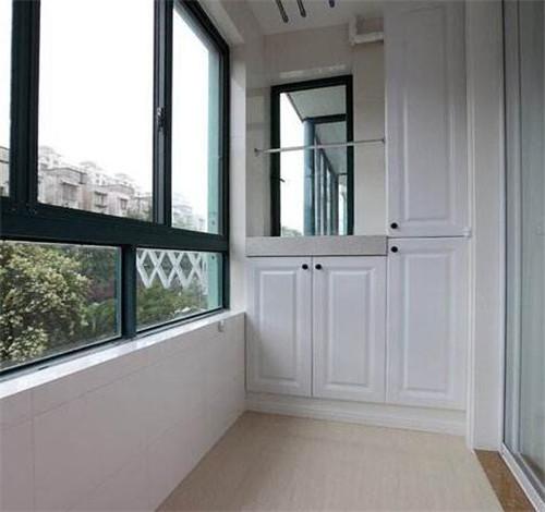 如果你家阳台上有一个凹位或者是凸出的柱子的话,那我们可以在做柜子图片