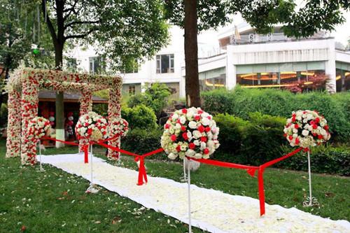 农村户外婚礼现场布置效果图欣赏 户外婚礼布置攻略