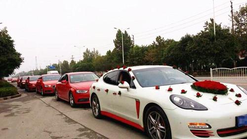 现在大部分的人,婚礼车队都选择清一色的同款车,比如说宝马,奥迪以及