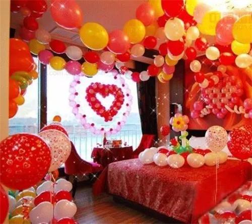 布置一定是红色为主,不管你是中式婚礼还是西式婚礼,中国的新婚房间一图片