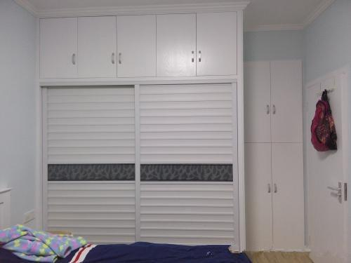 人字梯~   右边的床是靠阳台的, 阳台,左边靠墙的位置打了柜子,图片