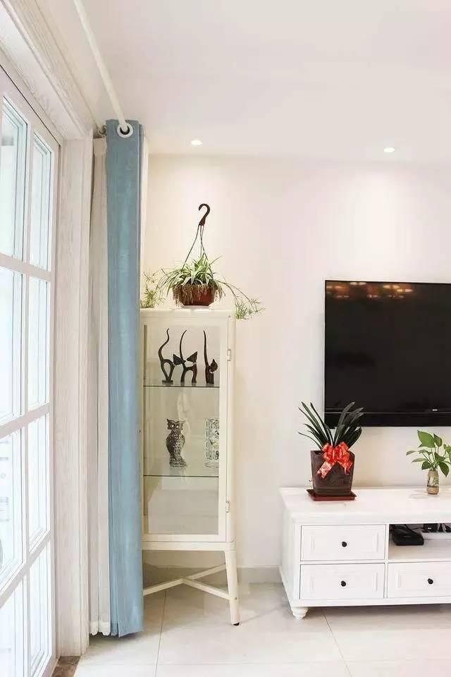 窗帘的颜色和窗户的边框非常的和谐