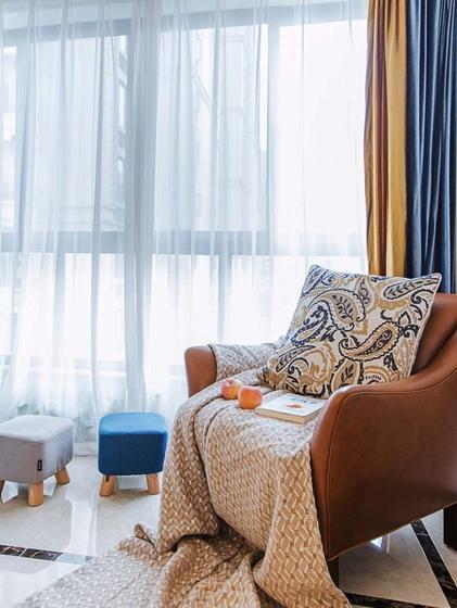 130平美式风格三居室装修客厅窗帘图片