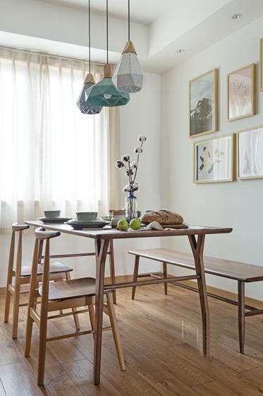 现代原木风三居室装修餐厅掉灯图片