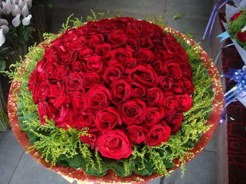 由九十九朵玫瑰花组成的玫瑰大花束,不仅看上去很好看,而且还代表着长