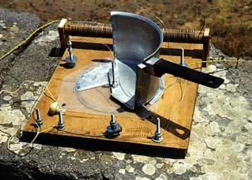 把高阻耳机分别连在二极管的另一极和可变电容的另一极上; 第四步:在
