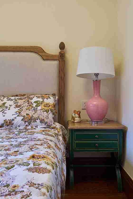 温馨有品味的别墅装修床头柜
