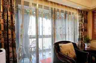 100平两居室装修客厅窗帘