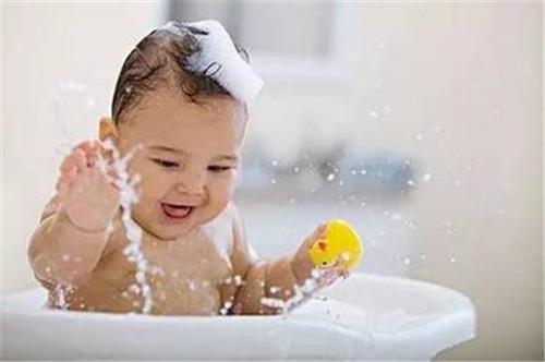 婴儿湿疹能洗澡吗 正确护理婴儿湿疹的几种方法