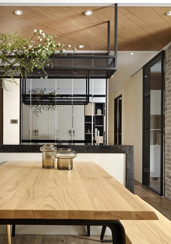 这套三居室装修很特别实木餐桌图片