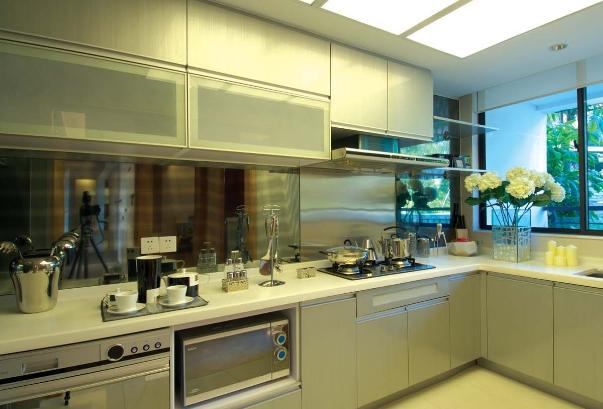 塑胶壁纸,经过处理的防火板等,但最受欢迎的仍是花色繁多,能活跃厨房图片
