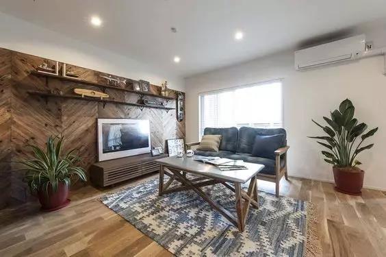 如何铺装  不过木地板只适合小范围使用。 在全屋铺装的情况下,木地板绝对不能替代墙板。如果室内大部分墙面都装木地板,反而会让人感到压迫。而且木地板并非墙面装饰专用材料,大量应用施工上有难度。  地爬式  拿不定主意时,直接地板和背景墙用一种材质和花色的木地板,给人整体的视觉效果。 优势还能划分空间,营造特定的气氛。