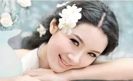 1,时下很流行的 新娘婚纱照发型是齐刘海式盘发发型,而且是把刘海图片