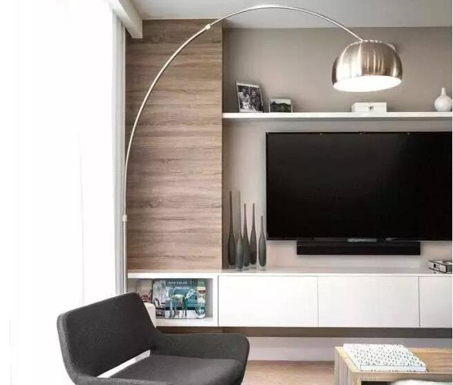 电视墙是现在客厅装饰一个重要的亮点之一,一款装饰得当的电视墙不仅能够极大地提升家居品味,而且也能彰显主人的生活态度。那么,电视墙要怎么装修才好看呢?作为现代装修中不可或缺的存在,如何利用电视墙材质装饰出不同风格的空间是人们所重视的,今天我们就来分享一些经验,告诉大家电视墙要怎么装修才好看,顺便一起来看看2018款电视墙设计。  电视墙要怎么装修才好看之百搭式 简单来说,如果不追求太多设计感,就一般搭配也可以。木头、石板、文化砖,各种材质都能做背景墙。颜色上也随自己,赤橙黄绿青蓝紫,只要搭配好即可。当然,你