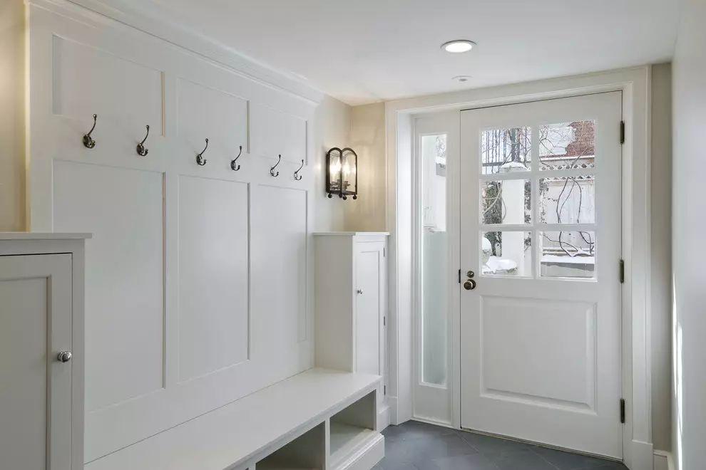 还有一种常见的户型就是,开门没有走廊,就要用隔断和鞋柜制造出走廊的