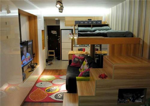 一字形的橱柜,拉伸使板式餐桌,小巧的沙发以及立于空中的板式床,无一