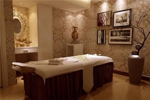 图中是一款美式美容院,这类风格和欧式风格有很多相同之处,不过其装修图片