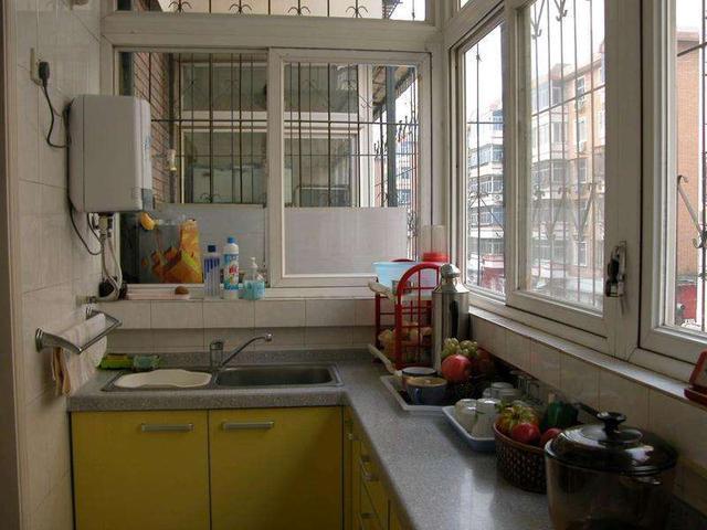 老婆嫌地方太小,装修的时候直接把阳台改装成了厨房,这刚弄好没几天