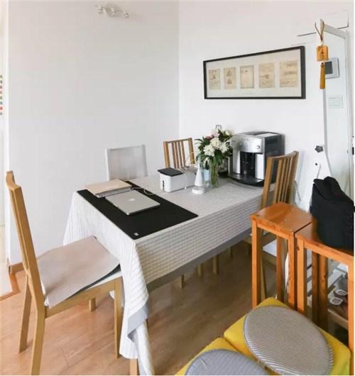 这个客厅的设计时坐比朝南的设计,开放式的厨房显得客厅非常大,整体