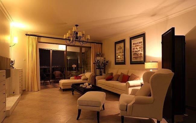 英伦风起源于维多利亚时期,主要特点是清静自然,格调明快,有少许乡村风味;花格布艺、米黄色油漆面板、学院派古典风景油画、装饰线脚等等是英伦风的典型代表元素。这组英伦风装修案例图,简约温馨又别有情调。客厅整个空间的基本色调是淡淡的米色,灰色木质茶几和沙发旁的小柜子点缀其中,显得十分有格调。餐厅黑色小圆桌