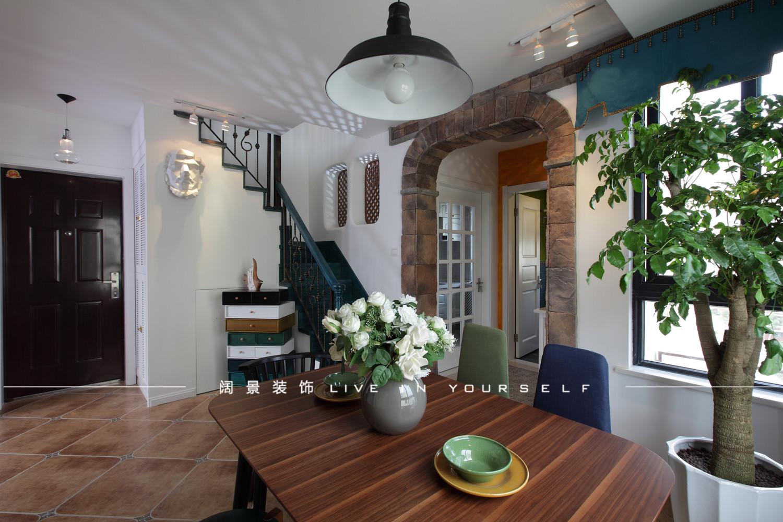 美式乡村风格地砖,带着复古的韵味,中和了五彩沙发的高调与张扬.图片