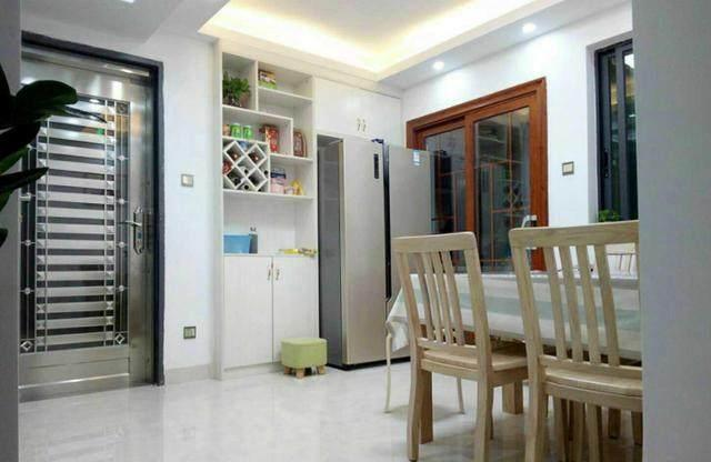 进门就是餐厅了,靠墙做了餐边柜,把冰箱也移到这个位置来,这样小厨房图片