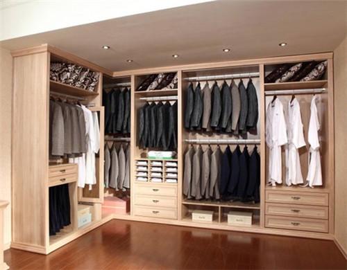 资讯 案例 按空间查看 正文  这类衣柜设计,采用了黄白色调搭配,柜子