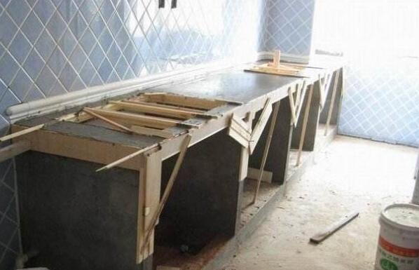 7.张贴水泥台面的腰线,可以用花砖或许别的的碎砖。还有一种如今比照盛行的便是做成马赛克的效果。 红砖砌灶台注意事项 1.在制作灶台之前,需要在柜门留一水槽标准,这样在定制的时候就需要先量好。由于水泥和瓷砖一经固化,往后假设再要更改,只能拿锤子来敲了。