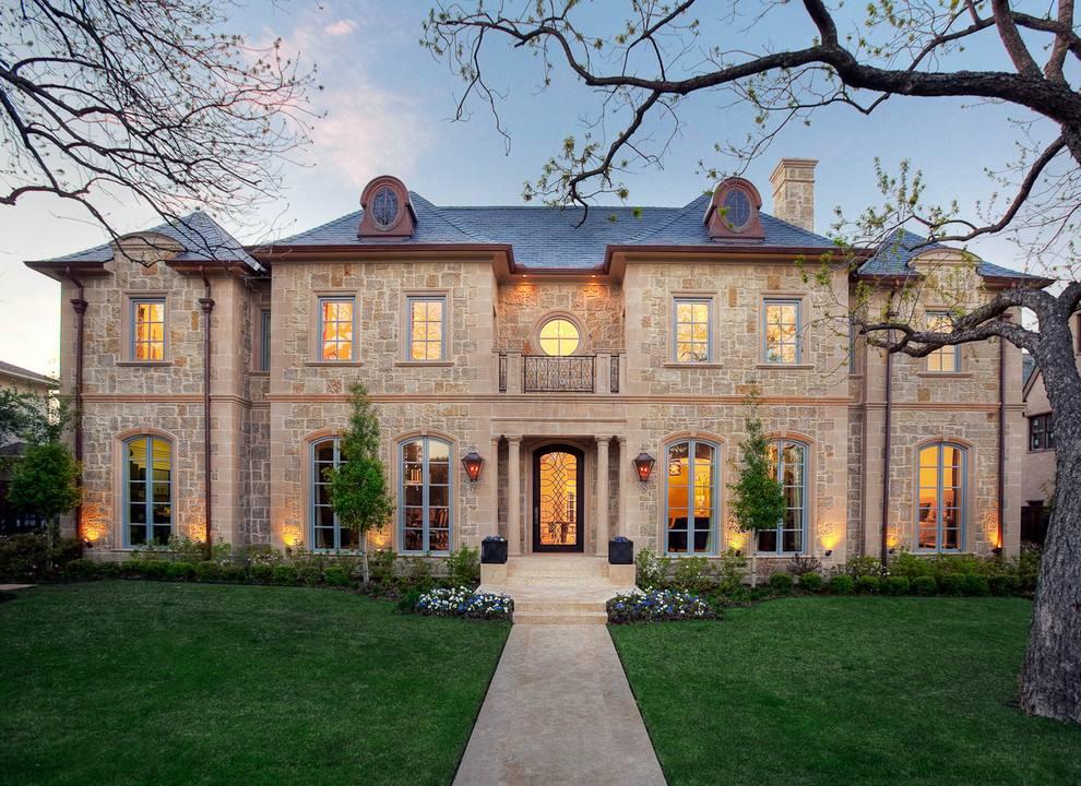 注重室内外整体设计与风格的统一,特别是在别墅门与窗户上更是如此.