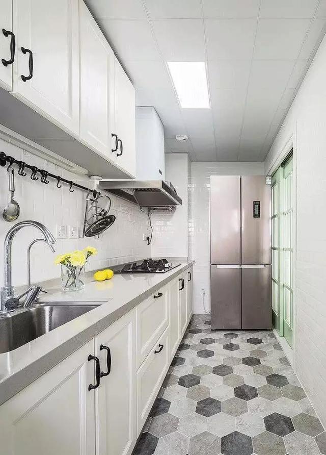 一字型厨房设计也很不错,上下橱柜特别实用.