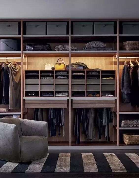 室内要怎么装修,需要把室内的家具摆设好,这个家具里面的种类有很多,比如我们的常见柜子,这个柜子因为类型还有材质的这个方面都是不一样,所以柜子的制造尺寸以及外观造型也是不一样,那么对这个柜子尺寸标准是哪些,我们就需要清楚,还有除了柜子尺寸标准以外,销售价格是多少?