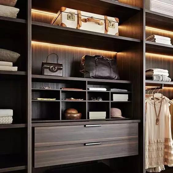 1. 功能性  在挑选衣柜时,需要考虑到使用的功能性如下: 在650mm以下,一般设计为放小件的物品,在650mm-1850mm这个尺度设计为放季节性的常用衣服,在1850mm以上就设计为不常用的物品及换季的衣服。如果柜子要做到底的话,一般下柜2100mm,其余的全归上柜。 2. 抽屉位置  抽屉的顶面高度最好小于1250mm,特别是老年人的房间更要考虑在1000mm左右,这样使用更顺手,高度在150mm-200mm,宽度在400mm-800mm。 如果使用滑门,是两门的,就不能设计在1/2的位置;是三门