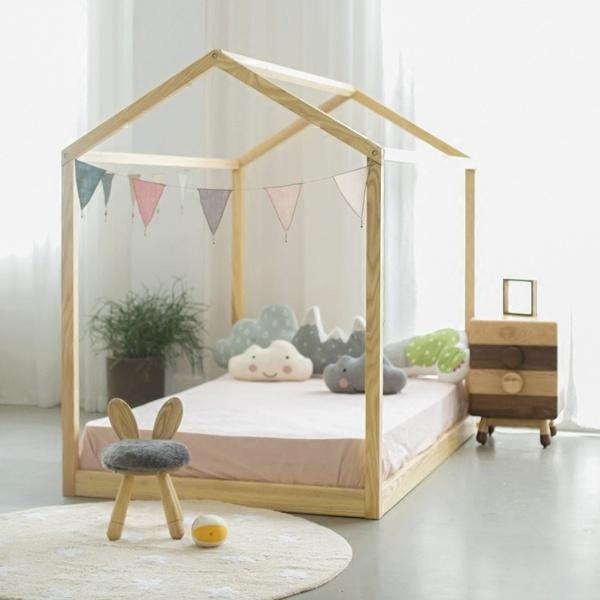 想要在家中装扮一个儿童房吗?那么应该如何挑选儿童家具呢?把儿童房装扮的好,那么它可以是非常可爱的,我们都知道小朋友的物品常常会把我们给萌化,如果有一个机会让你装饰儿童房的话,你会装饰成什么样子呢。  装饰儿童房,首先可以选用一些造型带有童趣的家具,比如说这个小型收纳柜的设计在抽屉的设计上,独特性的加入了饼干的奶油形状,让整个书柜显得非常的活泼可爱。  还有这个可爱的小床在设计上采用了鸡蛋的形状,简直就要萌化我的心了。  这个小小的玻璃屋,给我们的感觉就好像是一个美丽的象牙塔,在上面还有一些非常可爱的云朵形