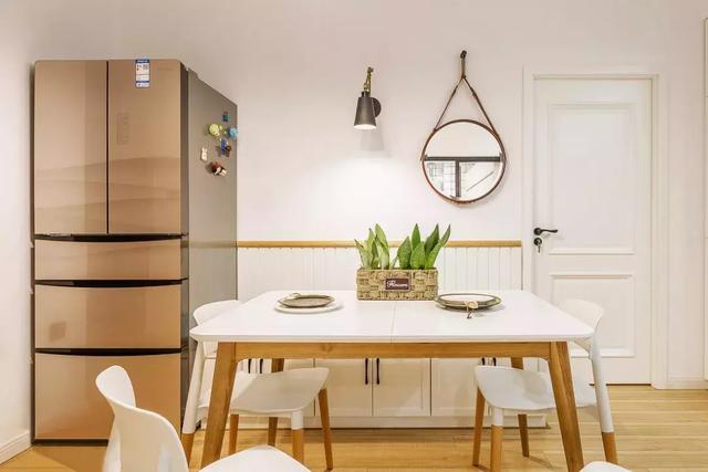 客厅就像是一个小型的休闲室,沙发的高度也很适合孩子与两个小可爱