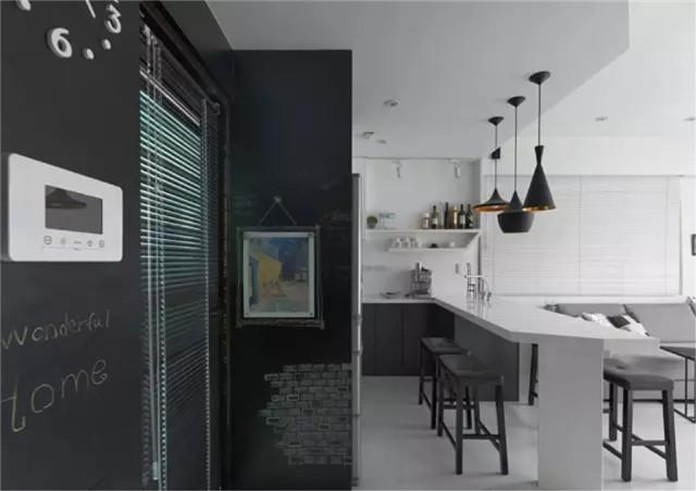 玄关的墙面做成黑板墙,延伸至厨房,给家带来童趣,也给了孩子一个绘画