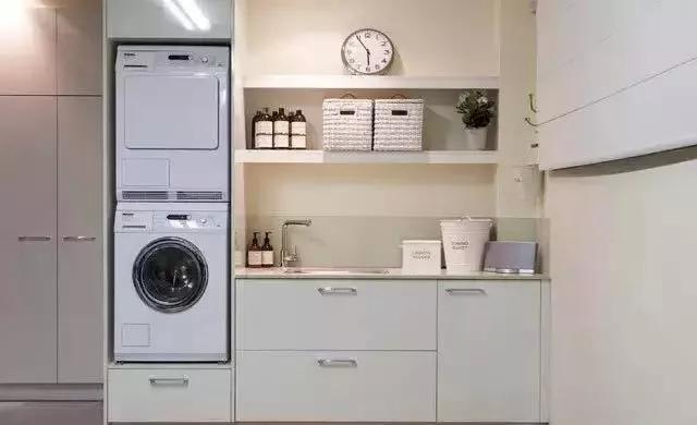 你家洗衣机放哪里了?据网上调查发现,有一半人喜欢把洗衣机放阳台,放卫生间的有30%,对于洗衣机到底放哪里好呢?一百个人有一百个答案,洗衣机除了放阳台和卫生间,有朋友认为放厨房也是个不错的选择,那么究竟哪种方式好?会不会存在什么坑呢?一起来看看。  洗衣机放卫生间 如果你家只有一个晾衣阳台还必须经过客厅,而且人口众多,鼓鼓还是觉得洗衣机放卫生间比较好,可以想象一下,每天洗完澡,可以把需要洗的衣服直接扔洗衣机里洗,不必端着盆,提着脏衣服篓经过众人去阳台洗衣,想想就有点尴尬。 还有一个优点是洗衣机放卫生间,洗衣