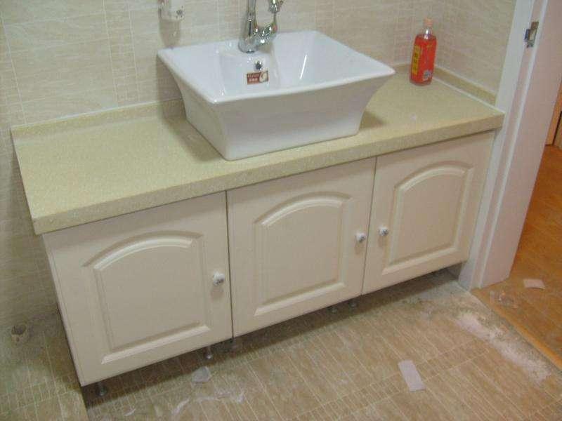 一,浴室柜安装的注意事项 2,安装时切忌不要把浴室柜的镜子与地面